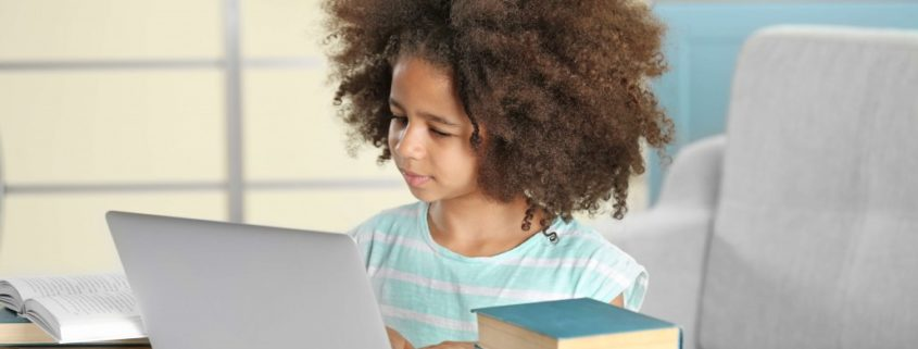 girl doing online speech therapy for the R sound